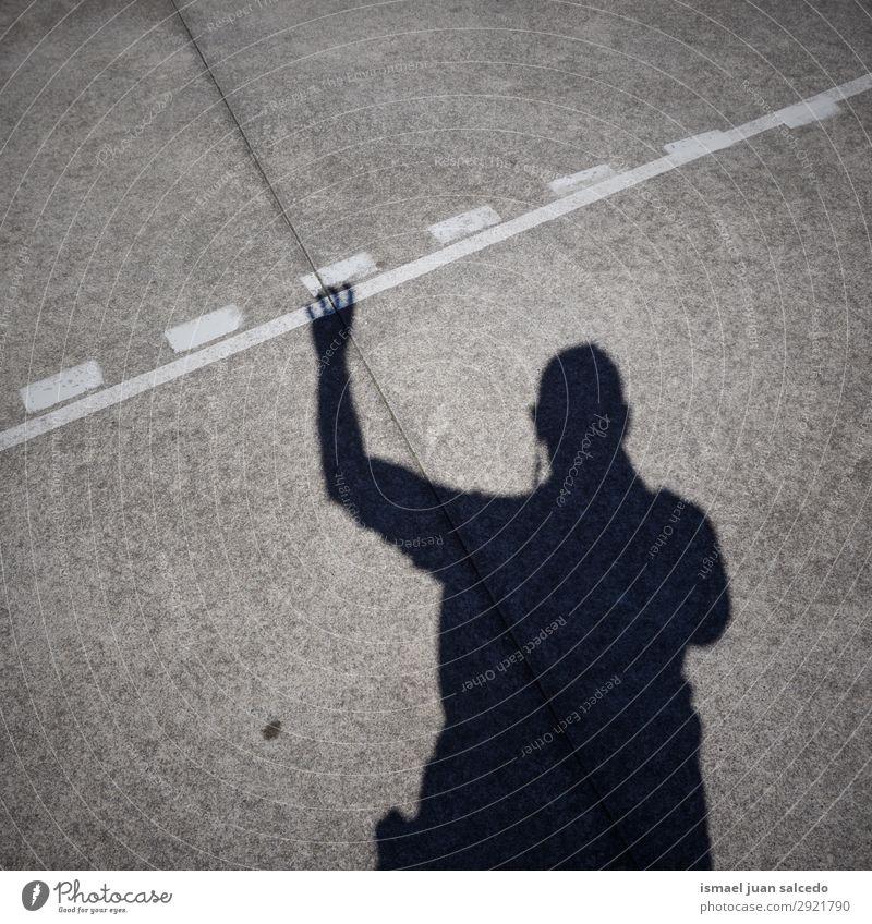 Mann Schatten Silhouette auf dem Boden Mensch Lichterscheinung Sonne Sonnenlicht Straße Außenaufnahme Großstadt abstrakt sehr wenige Hintergrund neutral Bilbao