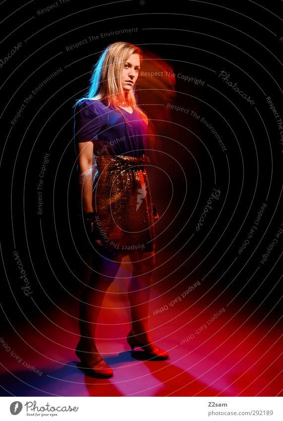 modefoto Lifestyle elegant Stil feminin Junge Frau Jugendliche 1 Mensch 18-30 Jahre Erwachsene Mode Kleid Damenschuhe blond langhaarig stehen ästhetisch