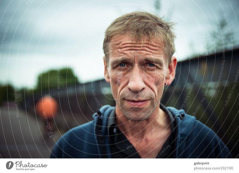 Leben Mensch Mann blau Erwachsene Senior Wege & Pfade Zeit maskulin Kraft authentisch Perspektive 45-60 Jahre einzigartig Sehnsucht Gesellschaft (Soziologie)