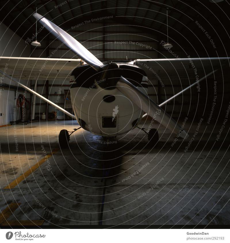 Ready? alt dunkel Gefühle Architektur Gebäude klein außergewöhnlich Stimmung Luftverkehr verrückt Flugzeug bedrohlich viele historisch Flughafen Begeisterung