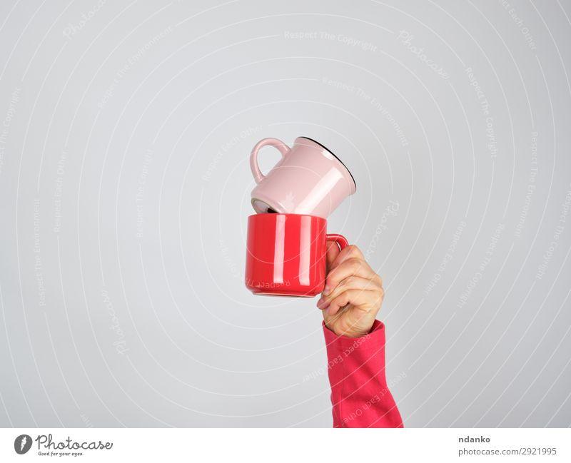 weibliche Hand, die einen Stapel Keramikbecher hält. Frühstück Getränk Kaffee Espresso Tee Tasse Becher Design Küche Frau Erwachsene Arme Finger Essen