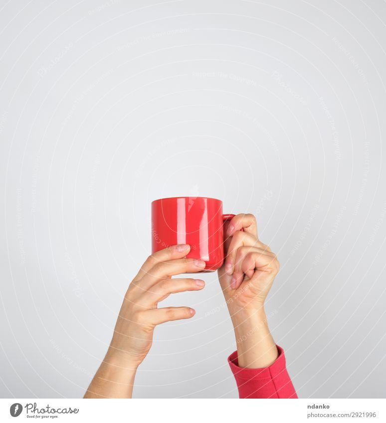 weibliche Hände halten einen roten Keramikbecher. Frühstück Getränk Kaffee Espresso Tee Design Küche Frau Erwachsene Hand festhalten weiß zeigen Hintergrund