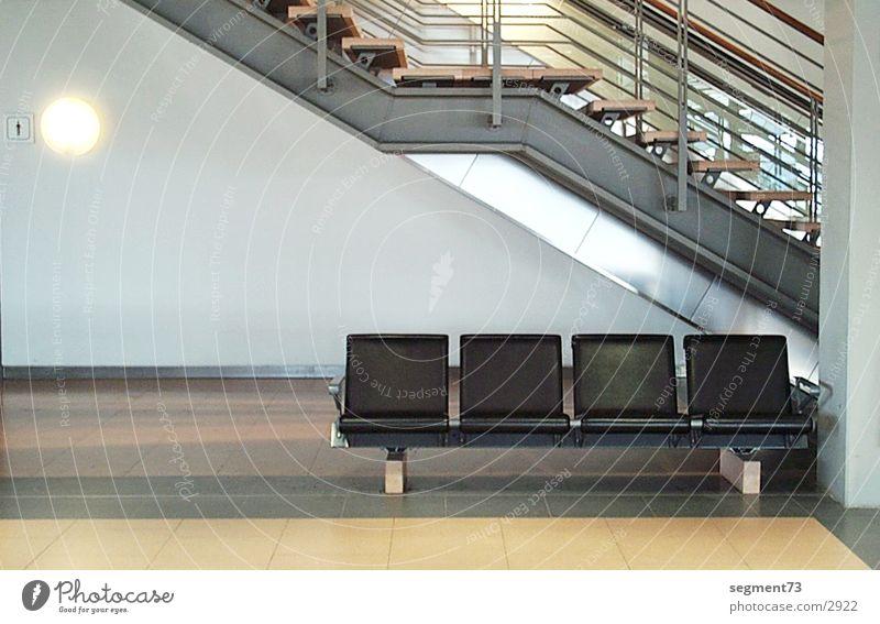 Sitzreihe am Flughafen Sitzgelegenheit sitzen Bank Menschenleer Treppe Innenarchitektur Architektur modern Moderne Architektur Innenaufnahme Wartehalle Design