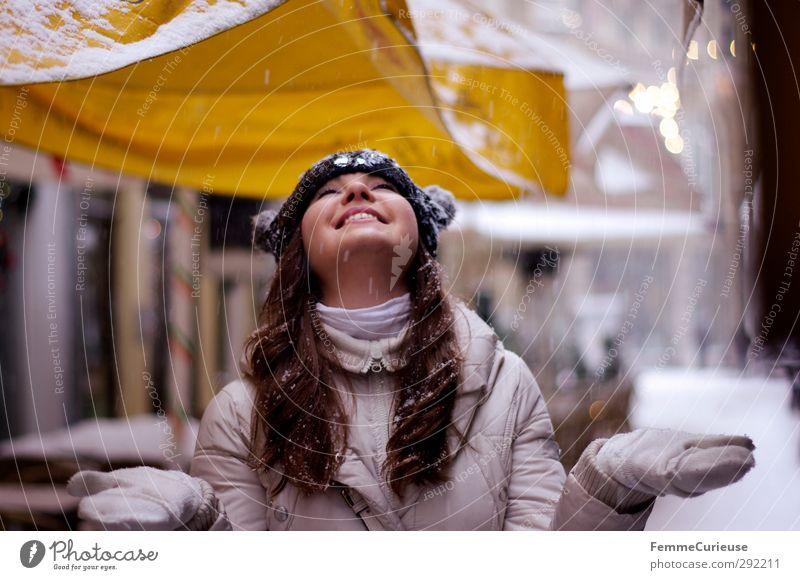 Let it snow! Mensch Jugendliche Junge Frau Freude Winter 18-30 Jahre schwarz Erwachsene gelb feminin lachen Schneefall Luft genießen Wohlgefühl Mütze