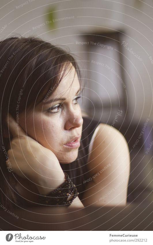 Sonntagnachmittag. feminin Junge Frau Jugendliche 1 Mensch Zufriedenheit Sofa Pause Erholung Mittagsschlaf liegen abstützen aufstützen braun gemütlich Armband