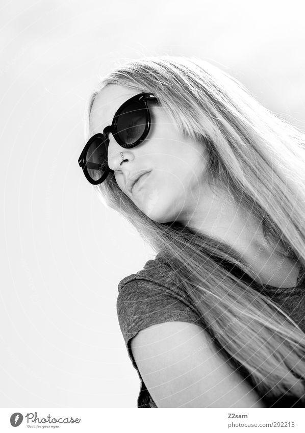 Lena. Sommer 1 Mensch T-Shirt Sonnenbrille blond Denken Erholung träumen ästhetisch schön natürlich Gelassenheit Gesicht Schwarzweißfoto Außenaufnahme Tag