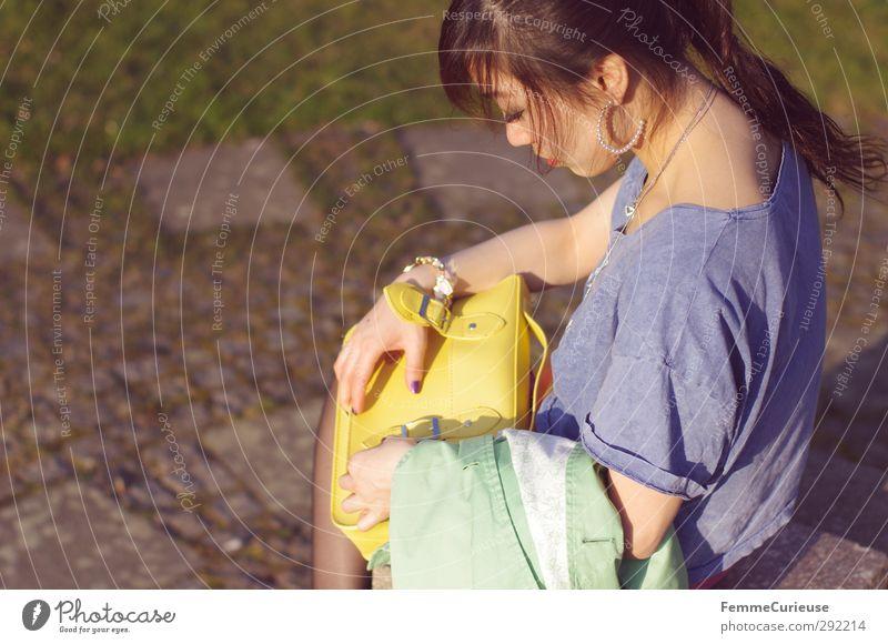 In der wärmenden Abendsonne. Mensch Natur Jugendliche blau grün Junge Frau Erwachsene gelb feminin 18-30 Jahre Stein Park sitzen Zufriedenheit Pause T-Shirt