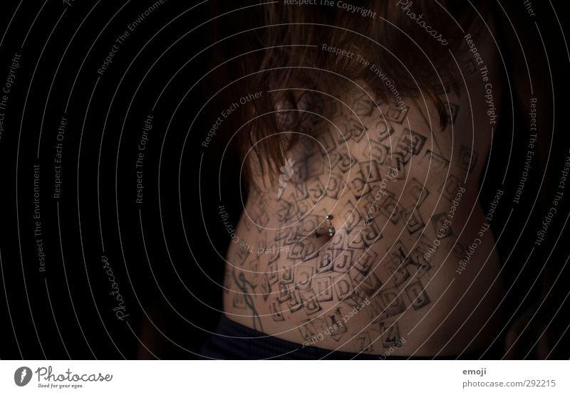 das kleine ABC Jugendliche Körper Haut Bauch 1 Mensch 18-30 Jahre Erwachsene außergewöhnlich dunkel hässlich Buchstaben Information Lateinisches Alphabet Tattoo