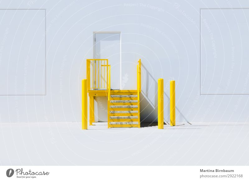 Yellow staircase with an entrance door and a white wall Hintergrundbild gelb Wand Mauer Design frisch Fröhlichkeit Amerika Industrieanlage