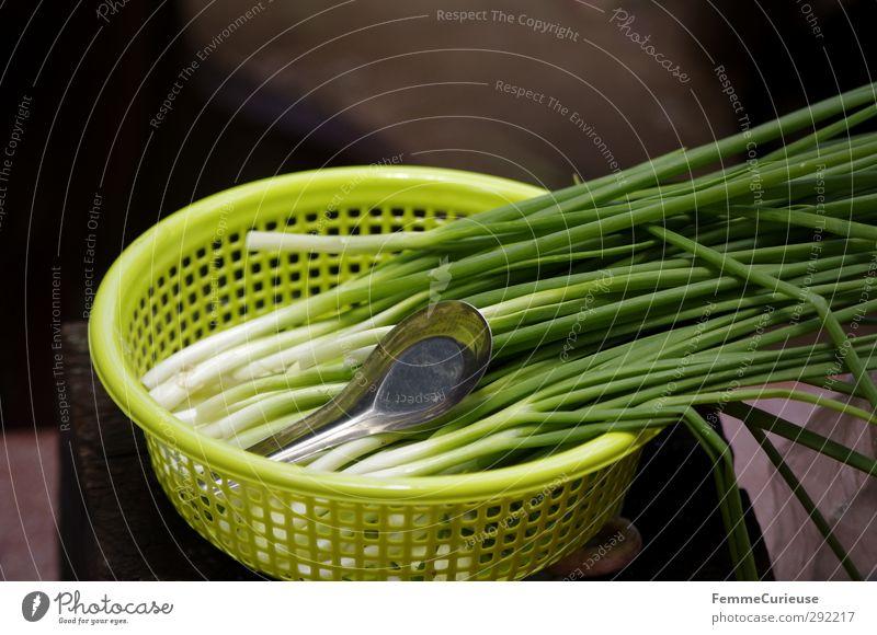 Lauchzwiebeln. Natur grün gelb Holz Essen Gesundheit Lebensmittel Ernährung Kochen & Garen & Backen Kunststoff Küche Scharfer Geschmack Asien Loch Bioprodukte