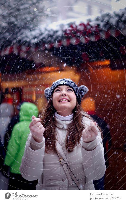 Let it snow! (II) Mensch Frau Jugendliche Weihnachten & Advent schön Freude Winter Junge Frau Erwachsene feminin lachen 18-30 Jahre Beleuchtung Schneefall