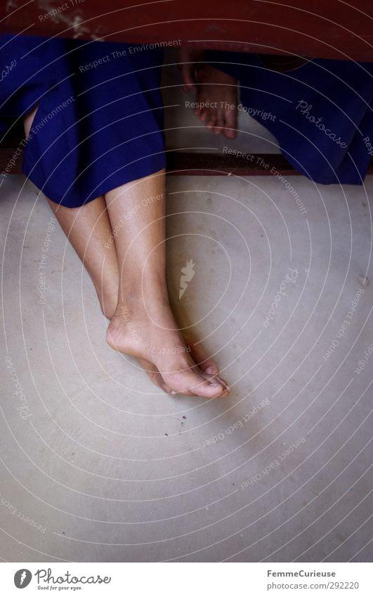 Barfuß. Mensch Kind Jugendliche blau Mädchen feminin Junge Holz Stein Fuß maskulin Kindheit Armut 13-18 Jahre Hoffnung Schulgebäude