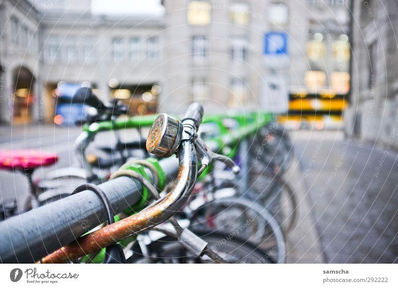 Drahtesel alt Stadt Umwelt kalt Straße Metall Fahrrad dreckig geschlossen Verkehr fahren Fahrradfahren Rost Fahrradtour Stadtzentrum Bahnhof