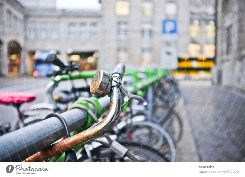Drahtesel Fahrradfahren Umwelt Stadt Stadtzentrum Verkehr Verkehrsmittel Straße alt dreckig kalt Fahrradtour Fahrradbremse Fahrradlenker Fahrradklingel Klingel
