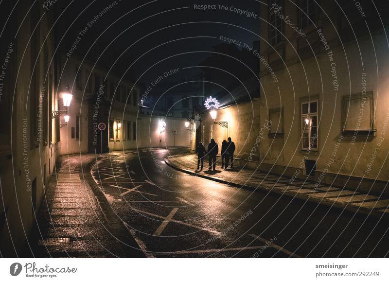 Prag bei Nacht Mensch Jugendliche Stadt Einsamkeit Haus Erwachsene gelb dunkel Straße 18-30 Jahre Menschengruppe braun gehen gold Fassade Lifestyle