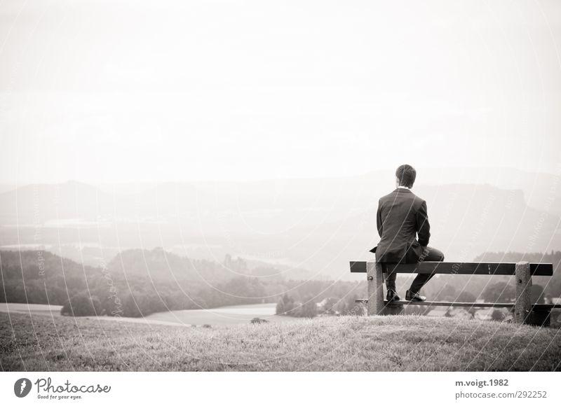 Ausblick Ausflug Ferne Hochzeit maskulin Junger Mann Jugendliche 1 Mensch 18-30 Jahre Erwachsene Landschaft Wiese Wald Hügel Berge u. Gebirge Anzug Blick sitzen