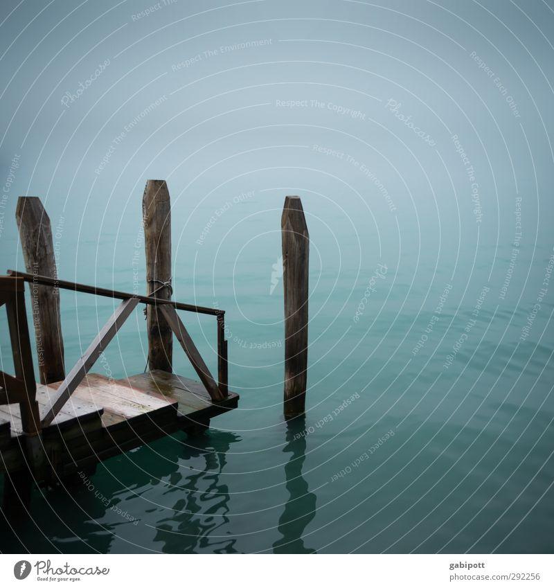 Entschleunigung Ausflug Wasser Horizont Winter Wetter schlechtes Wetter Nebel Meer Bootsfahrt Anlegestelle Steg trist blau Einsamkeit Endzeitstimmung Erholung