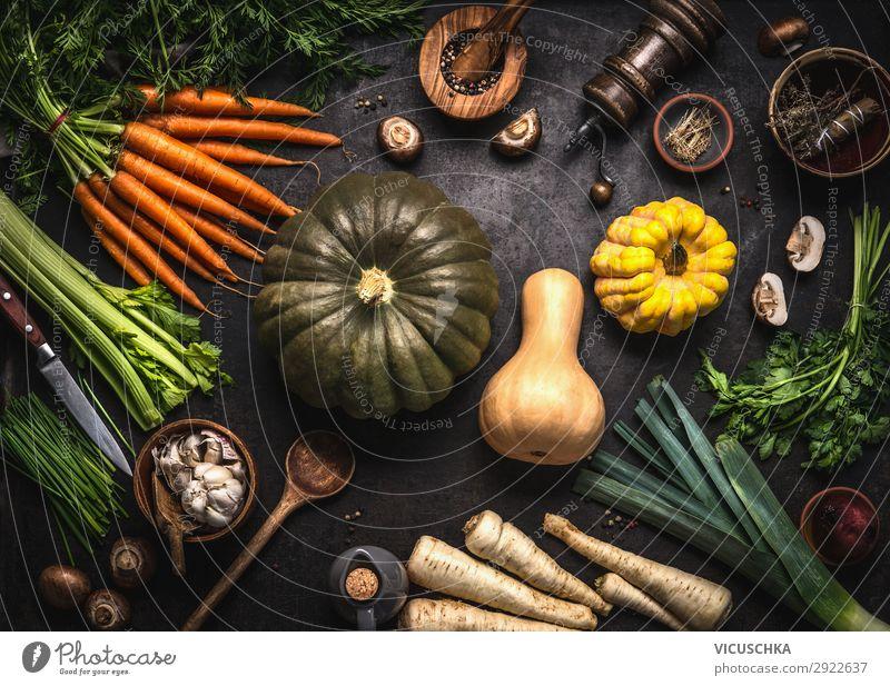 Herbstsaisonales Essen. Verschiedene bunte Kürbisse und Gemüse aus biologischem Anbau. Vegetarisches Kochen. Rezepte für Thanksgiving oder Halloween.