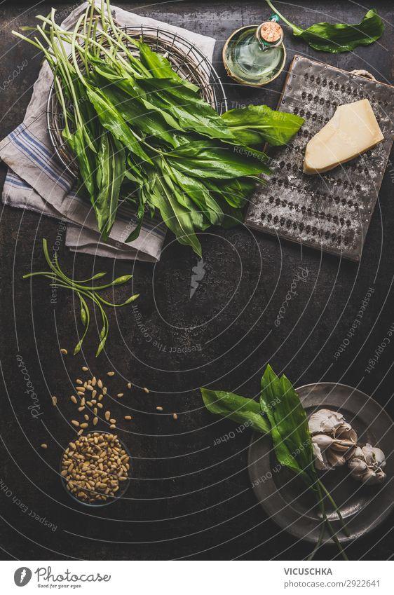 Bärlauch Pesto Zutaten auf dunklem rustikalem Küchentisch Lebensmittel Kräuter & Gewürze Ernährung Bioprodukte Vegetarische Ernährung Diät Geschirr Stil