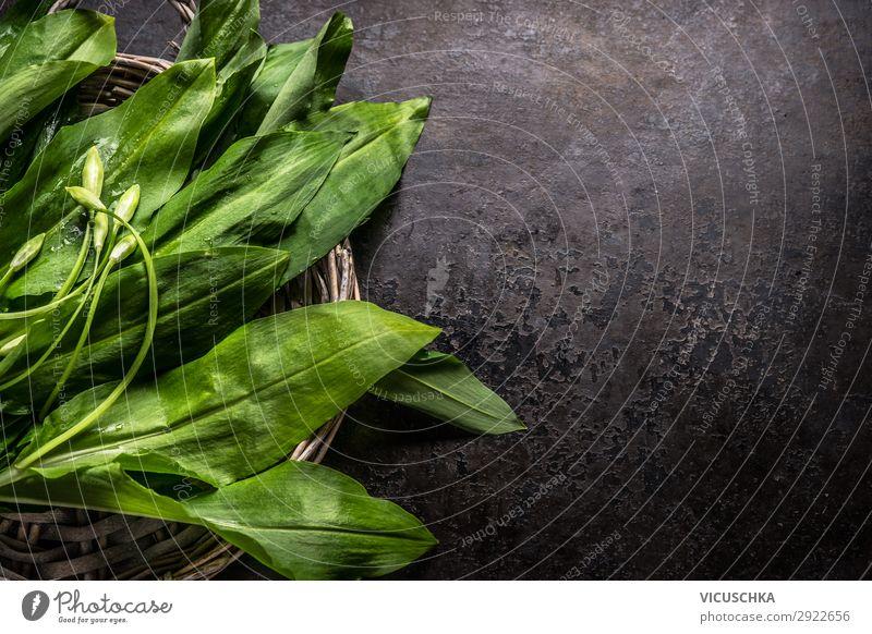 Frischer Bärlauch, Bärlauch, Blätter auf dunklem, rustikalem Hintergrund, Ansicht von oben. Kopieren Sie Platz für Ihr Design, Ihren Text oder Ihre Rezepte. Frühlingssaisonale Lebensmittel