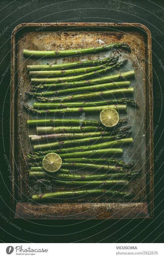 Grüne Spargel auf Ofenblech Lebensmittel Gemüse Ernährung Bioprodukte Vegetarische Ernährung Diät Design Gesunde Ernährung Spargelzeit Backblech