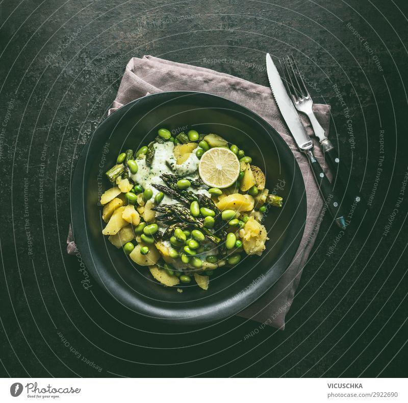 Grüner Kartoffelsalat mit Spargel Lebensmittel Gemüse Salat Salatbeilage Ernährung Mittagessen Festessen Bioprodukte Vegetarische Ernährung Diät Geschirr