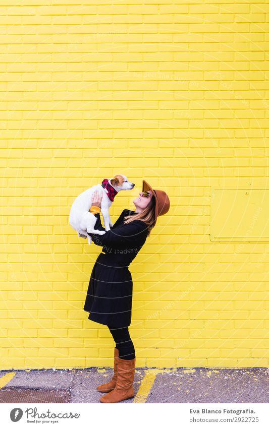 Frau Mensch Hund Jugendliche Junge Frau schön weiß Tier Freude Lifestyle Erwachsene gelb Liebe lustig Gefühle lachen