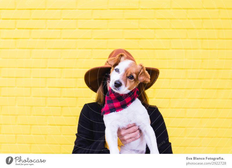 Frau Mensch Hund Jugendliche Junge Frau schön weiß Tier Freude Lifestyle Erwachsene gelb Liebe lustig feminin Gefühle