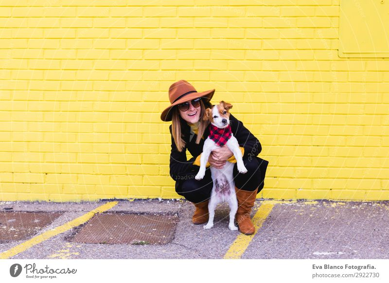 junge schöne Frau, die Spaß mit ihrem Hund im Freien hat. Lifestyle Stil Freude Glück Freizeit & Hobby feminin Junge Frau Jugendliche Erwachsene Freundschaft 1