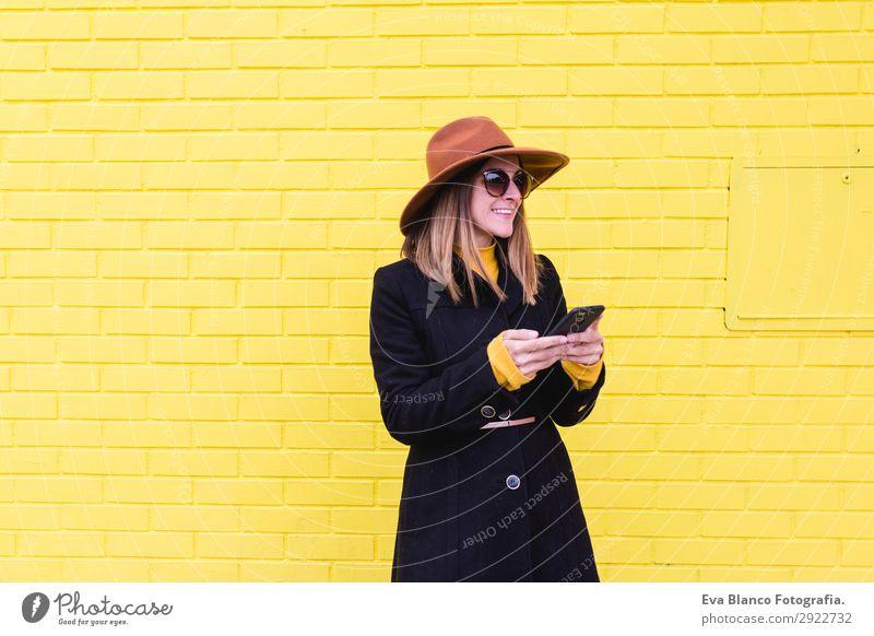 junge Frau im Freien mit Handy und Lächeln Lifestyle Stil Glück schön Haare & Frisuren Telefon PDA Technik & Technologie Mensch feminin Junge Frau Jugendliche