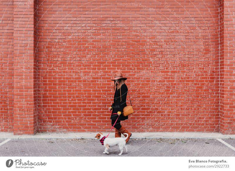 junge schöne Frau, die mit ihrem Hund spazieren geht. Lifestyle Stil Freude Glück Freizeit & Hobby Mensch feminin Junge Frau Jugendliche Erwachsene Freundschaft