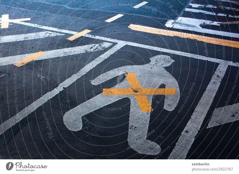 Mensch auf Asphalt abbiegen Ecke Fahrbahnmarkierung gender gap Genitalsystem Geschlecht Kurve Linie Mann Schilder & Markierungen Navigation Orientierung