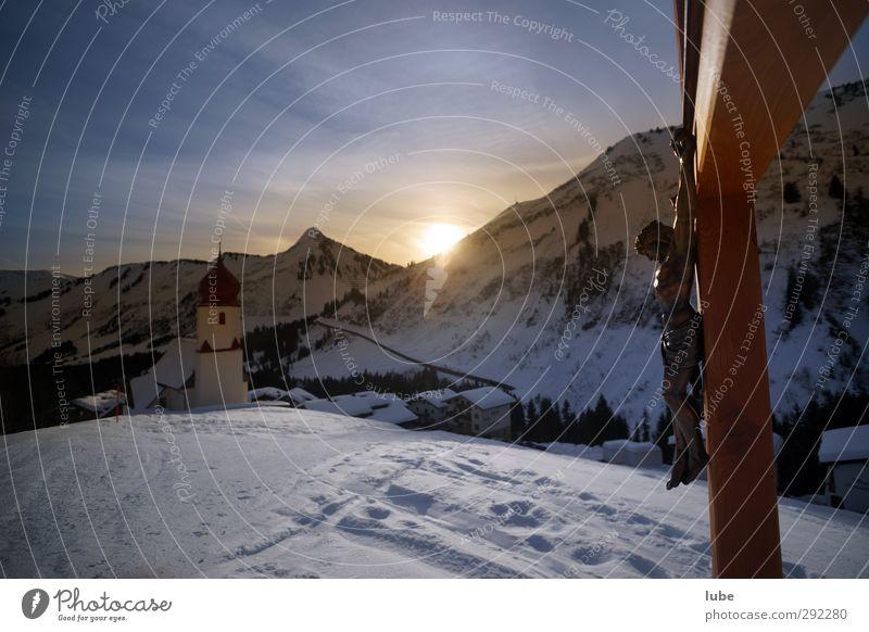 Wegkreuz Natur Landschaft Sonnenaufgang Sonnenuntergang Sonnenlicht Winter Alpen Berge u. Gebirge Schneebedeckte Gipfel Kirche Gefühle Stimmung Kruzifix