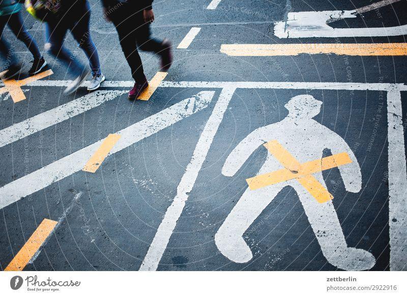 Orientierung Mensch mehrere Menschengruppe Beine laufen abbiegen Asphalt Ecke Fahrbahnmarkierung gender gap Genitalsystem Geschlecht Kurve Linie Mann