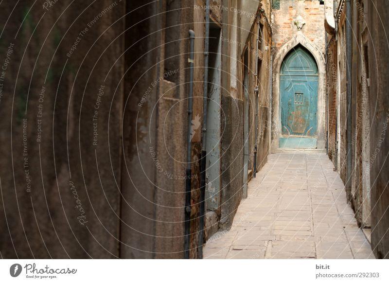 Alte Häuser | mit Ausgang Ferien & Urlaub & Reisen Tourismus Städtereise Venedig Italien Stadt Haus Gebäude Architektur Mauer Wand Tür Stein Linie alt dunkel