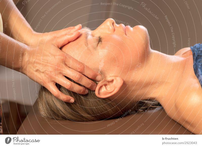 Stirnmassage, Entspannung, Erholung, Gesundheit Gesundheitswesen Behandlung Wellness harmonisch Wohlgefühl Zufriedenheit ruhig Kur Spa Massage Frau Erwachsene
