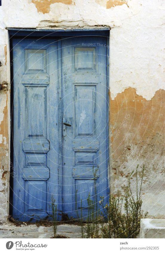 Alte Häuser | bitte Eintreten blau alt weiß Haus Architektur Stein Tür Fassade kaputt verfallen Eingang abblättern Eingangstür Holztür