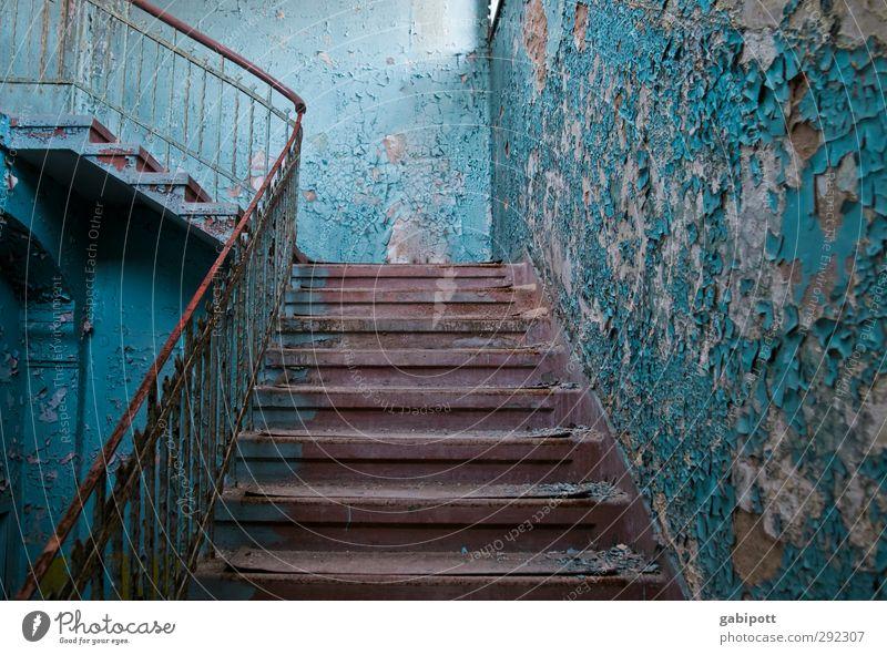 Alte Häuser | Treppenhaus Menschenleer Haus Ruine Gebäude Architektur Mauer Wand Fassade Fenster Tür alt außergewöhnlich historisch kaputt blau rot einzigartig