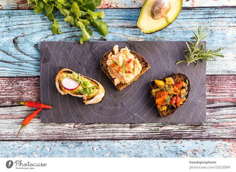 Drei verschiedene vegane Bruschetta Sommer Gesundheit Lebensmittel Ernährung frisch Vegetarische Ernährung Brot Grillen Teller Abendessen Vegane Ernährung