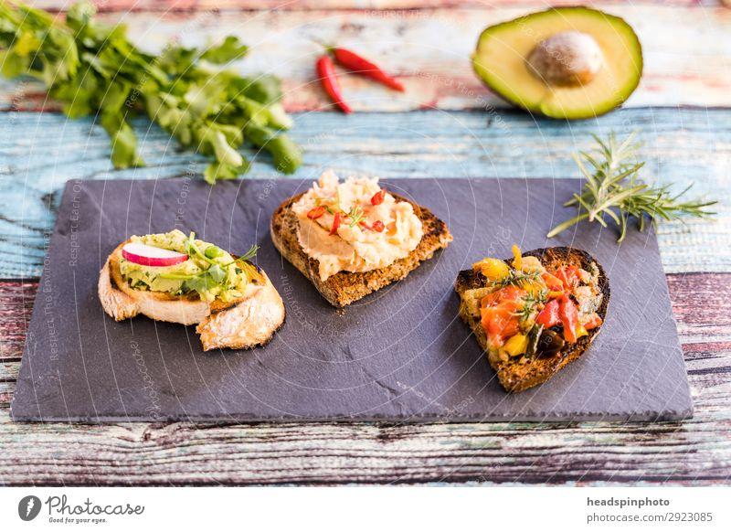 Drei verschiedene vegane Bruschetta Gemüse Frucht Brot Mittagessen Abendessen Büffet Brunch Vegetarische Ernährung Italienische Küche Gesundheit