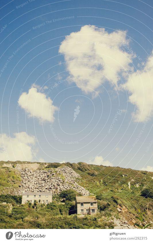 alte häuser | zweisamkeit Umwelt Natur Landschaft Urelemente Erde Himmel Wolken Schönes Wetter Gras Sträucher Wiese Hügel Menschenleer Haus Einfamilienhaus