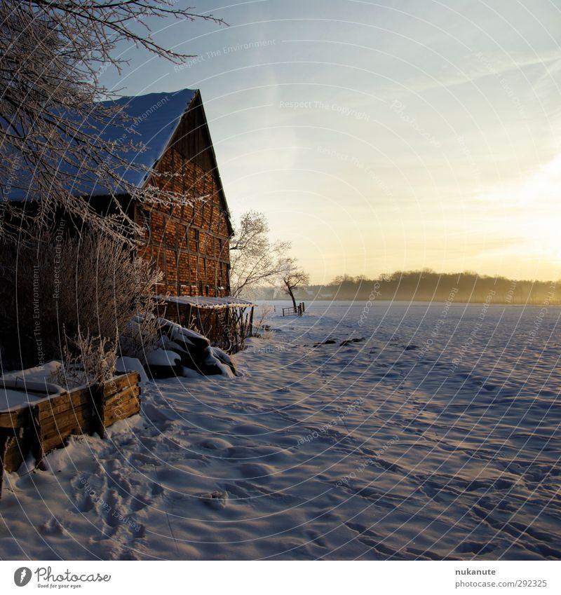 alte Häuser   Fachwerk mit Sonne und Schnee Winter Haus Architektur Landschaft Sonnenlicht Feld Gebäude Scheune Stein Holz historisch Originalität blau braun