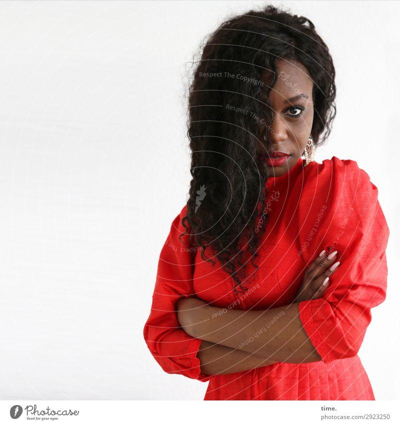 Apolline feminin Frau Erwachsene 1 Mensch Schauspieler Kleid Ohrringe Haare & Frisuren schwarzhaarig langhaarig Locken beobachten Denken festhalten Blick warten