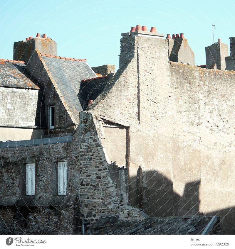 Alte Häuser | temporäre Belüftung Himmel Schönes Wetter Stadt Hafenstadt Altstadt Haus Bauwerk Gebäude Architektur Mauer Wand Schornstein alt eckig historisch
