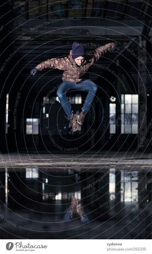Alte Häuser | Spiegelbild Stil Leben Mensch Junger Mann Jugendliche 18-30 Jahre Erwachsene Winter Industrieanlage Fabrik Ruine Architektur Fenster Mütze