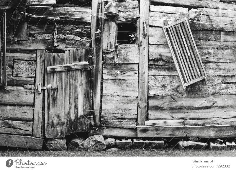 alte häuser | windschief Wand Senior Holz Architektur Mauer Tür Fassade kaputt Wandel & Veränderung Vergänglichkeit retro Romantik Kreativität Neigung