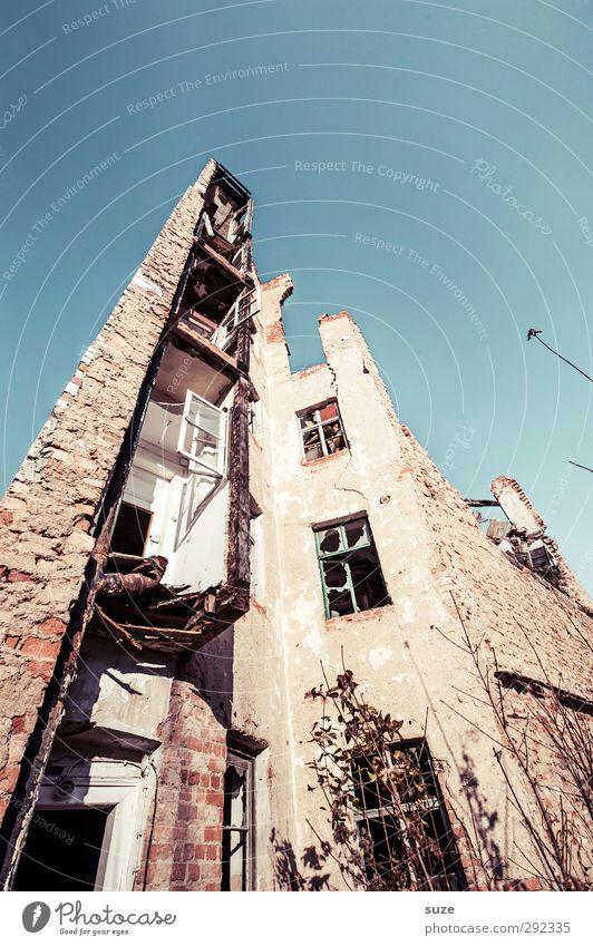 Alte Häuser | bis auf die Grundmauern Umwelt Himmel Ruine Gebäude Architektur Fassade Fenster Stein alt außergewöhnlich historisch hoch kaputt blau Verfall