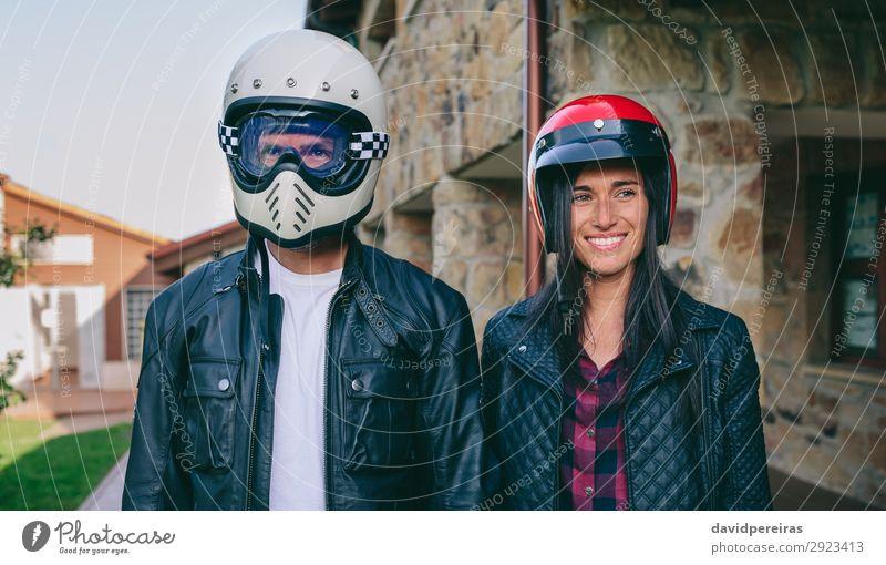 Paar-Posing mit Motorradhelmen Lifestyle Glück schön Haus Mensch Frau Erwachsene Mann Gras Mode Lächeln authentisch lustig Sicherheit Schutz Motorradfahren
