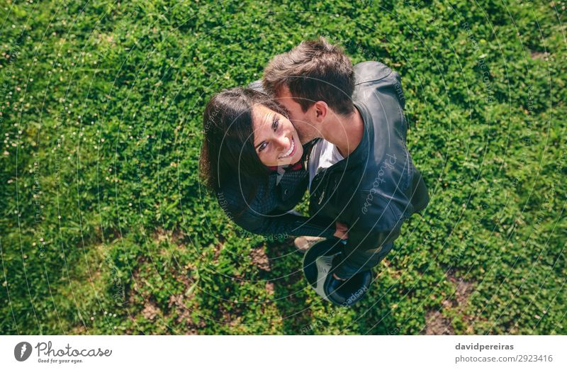 Draufsicht auf das Paar, das sich im Freien umarmt. Lifestyle Glück schön Mensch Frau Erwachsene Mann Familie & Verwandtschaft Natur Gras Wiese Fluggerät