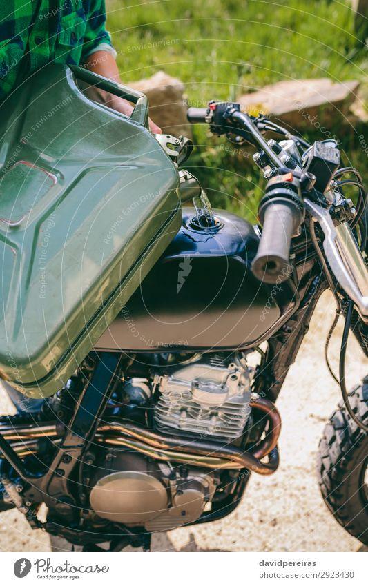 Mann füllt den Gastank eines Motorrads nach. Lifestyle schön Mensch Erwachsene Gras Verkehr Straße Fahrzeug authentisch retro Brotbelag Benzinkanister Tank